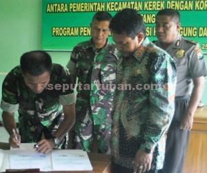 SINERJITAS: Pendandatangan kerjasama jajaran Kodim Tuban dengan pemerintah kecamatan kawal program swasembada pangan di Makoramil Kerek, Rabu (25/02/2015) siang.