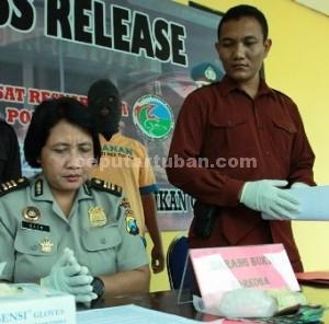 MASIH PENGECER : Kasubbag Humas Polres Tuban dan Kasat Resnarkoba saat press release hasil kerja