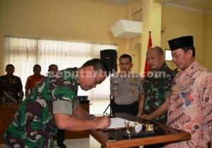 TARGET BARU : Dandim 0811 Tuban, Letkol Kav. Rahyanto Edy Yunianto saat menandatangani kesepakatan bersama disaksikan Bupati Tuban, Danrem Mojokerto dan Kapolres Tuban
