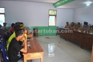 MINTA PERUBAHAN : Pedagang pasar Desa Margomulyo Kerek saat bertemu perangkat Desa Margomulyo di Balai Desa