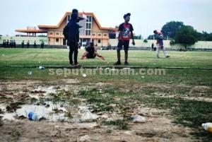 SANGAT KOTOR : Kondisi Stadion Loka Jaya Tuban usai pertandingan persahabatan dengan Persebaya