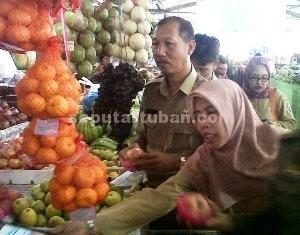 APEL IMPOR: Aparat gabungan Pemkab Tuban saat menggelar sidak pasar di kios buah Jalan Pahlawan, Selasa (03/02/2015) pagi.