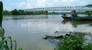 SIAGA SATU: Kondisi permukaan air Bengawan Solo di bawah jembatan Glendeng di Desa Simo,  Kecamatan Soko, yang menjadi batas wilayah Kabupaten Tuban dan Bojonegoro, Selasa  (03/02/2015) siang.