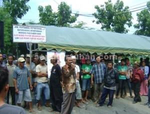 TUTUP PINTU : Warga memblokir pintu masuk CPA JOB PPEJ dengan mendirikan tenda didepanya