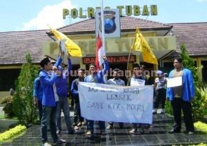 100 HARI JOKOWI : Aktivis PMII Tuban saat berunjuk rasa di halaman Mapolres Tuban
