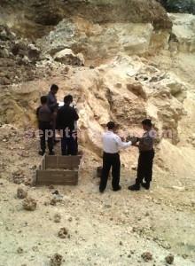 SERAMPANGAN: Salah satu sudut lokasi penambangan batu kapur di Kecamatan Rengel yang tak jarang longsor dan makan korban jiwa.