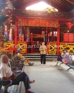 SYAHDU: Suasana Kelnteng Kwan Sing Bio Tuban jelang puncak peringatan Hari Raya Imlek, Selasa (18/02/2015) pagi. (foto: ARIF AHMAD AKBAR)
