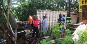 SIGAP: Warga dibantu aparat  Polsek dan Koramil Widang membersihkan sisa reruntuhan puing bencana, Selasa (03/02/2015) pagi.
