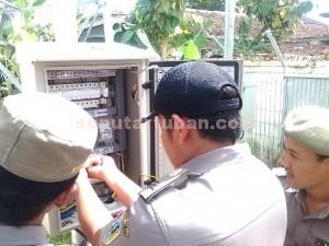 TOWER BODONG : Petugas Satpol PP Pemkab Tuban saat menyegel saluran listrik ke tower yang tidak berijin
