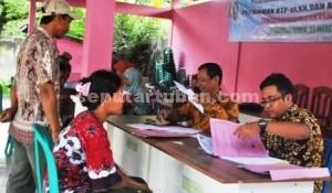 JEMPUT BOLA: Dinas Kependudukan dan Catatan Sipil Kabupaten Tuban saat menggelar layanan akta keliling di kantor Kecamatan Kerek, Rabu (25/03/2015) siang. foto: MUHLISHIN