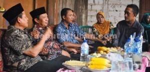 PASANG BADAN: Bupati Tuban Fathul Huda didampingi Wakil Bupati Noor Nahar Husein saat berdialog dengan Abu Nasir di Desa Gaji, Rabu (18/03/2015) siang.