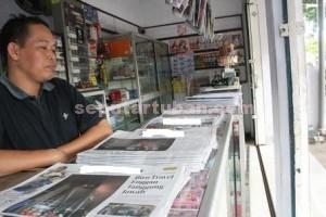 MULAI DITINGGALKAN : Salah satu agen koran di Jalan Basuki Rahmat Tuban mengaku langganan koran menurun dan majalah sepi pembeli