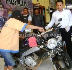 DIDOR: Tersangka begal motor asal Papua memeragakan aksi pencurian sepeda motor Yamaha Vixion di Mapolres Tuban, Senin (30/03/2015) siang.