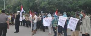 TERANG BENDERANG: Warga Desa Gaji Kecamatan Kerek saat melakukan aksi di kawasan pabrik milik PT Semen Indonesia (PT SI), Kamis (12/03/2015) siang. foto: MUHLISHIN