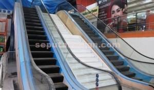 PERTAMA DI TUBAN : Inilah fasilitas eskalator di Supermarket Bravo Tuban, Kamis (05/03/2015) yang masih dalam pengerjaan.