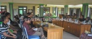TERSANDERA: Suasana pertemuan antara warga Desa Gaji dengan Ketua DPRD dan Pemkab Tuban di Pendopo Kantor Kecamatan Kerek, Rabu (04/03/2014) siang.