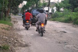 TANGGUNGJAWAB PERUSAHAAN: Jalan yang berada di kawasan pabrik PT SI yang tampak mengelupas, Rabu (18/03/2015) siang.