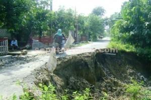 DIBIARKAN SAJA : Kondisi jalan rusak parah belum diperbaiki, Senin (02/03/2015)
