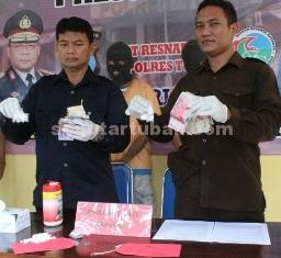 KARNOPEN: Kasat Narkoba Polres Tuban AKP Budi Friyanto menunjukkan BB yang berhasil disita, Kamis (19/03/2015) siang.