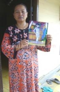 KONTRADIKTIF: Supini dengan pigura foto Siti Nurrohmah ditunjukkan kepada wartawan seputartuban.com di rumahnya Dusun Sugihan, Rabu (25/03/2015) pagi. foto: ARIF AHMAD AKBAR