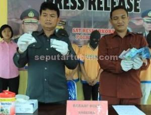 BARANG BUKTI: Kasat Narkoba Polres Tuban AKP Budi Friyanto menunjukkan karnopen yang disita dari dalam lapas, Rabu (25/03/2015) siang.