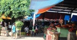 LESU:Salah satu sudut Pasar Baru Tuban yang terlihat sepi pembeli, Rabu (25/03/2015) pagi. foto: WANTI TRI APRILIANA