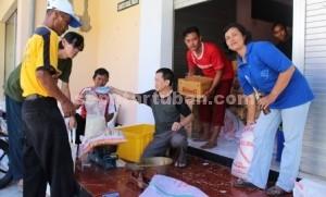 SAATNYA BERBAGI: Sejumlah aktivis Gereja Santo Petrus Tuban tengah sibuk menyiapkan sembako, Kamis (26/03/2015) siang. foto: WANTI TRI APRILIANA