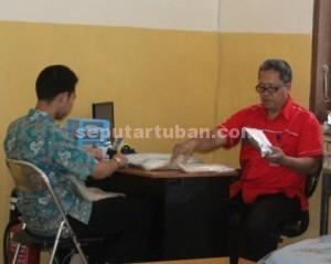 MASIH KURANG : Aktivitas staf PMI Tuban, Jumat (06/03/2015)