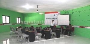 GRATIS: Ini dia ruangan khusus di lantai dua Rest Area Tuban yang mampu menampung 50 orang dengan 10 fasilitas komputer serta AC. foto: WANTI TRI APRILIANA