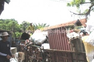 "DIBUANG SAYANG: ""Gunung"" rosokan milik Suparno di Ngemplak, Sidorejo, Tuban, Rabu (18/03/2015) pagi. (foto: WANTI TRI APRILIANA)"