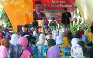 ANTUSIAS: Anggota Komisi C DPRD Tuban Tulus Setyo Utomo saat berdialog dengan 400 warga Desa Bandungrejo, Jumat (27/03/2015) siang.