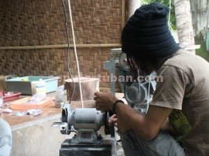 LARIS MANIS : Pengrajin akik sedang memoles batu akik milik konsumen, Jumat (06/03/2015)