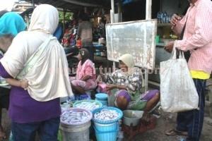 MENURUN: Akibat nelayan mengalami masa paceklik membuat transaksi hasil laut di Pasar Baru Tuban ikut tak bergairah. (foto: WANTI TRI APRILIANA)