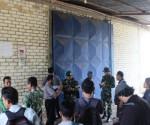 TANPA POLICE LINE : Gudang pupuk di kawasan Desa Pakel saat didatangi petugas gabungan dalam keadaan tertutup. Polisi tidak berani membuka paksa