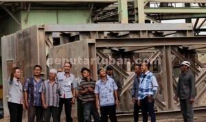 BEBAS POLUSI: Beberapa warga dari desa di kawasan Rembang dan Blora saat mengunjungi Pabrik PT SI di Tuban, Rabu (04/03/2015) siang.