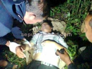 KOMPLIKASI: Mayat korban saat diperiksa petugas di lokasi kejadian kawasan Hutan Jalin, Desa Gesing, Kecamatan Semanding, Jumat (27/03/2015) sore.