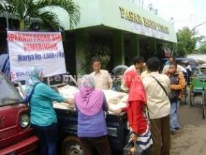 BERAS MURAH: Warga menyambut antusias operasi pasar yang digelar Pemkab Tuban, Rabu (04/03/2015) pagi.