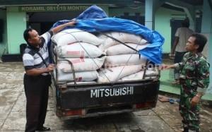 ILEGAL: Barang bukti berupa pik up yang mengangkut pupuk bersubsidi saat diamankan di Koramil Montong, Rabu (18/03/2015) pagi. foto: ARIF AHMAD AKBAR