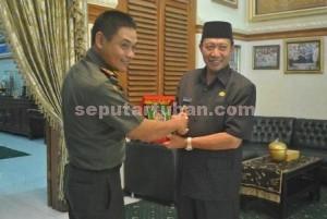 Berkunjung : Danrem Mojokerto, Kolonel Inf. Irham Waroihan saat menyampaikan cinderamata kepada Bupati Tuban, Fathul Huda