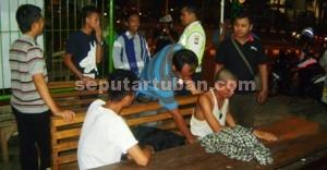 PROVOKATOR: Sejumlah remaja diamankan polisi karena diduga sebagai pemicu aksi saling pukul, Rabu (08/04/2015) malam.