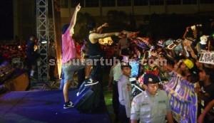 SEMPAT RICUH: Kelompok musik rock assal Jogjakarta Endank Soekarti saat manggung di GOR Tuban, Rabu (08/04/2015) malam.