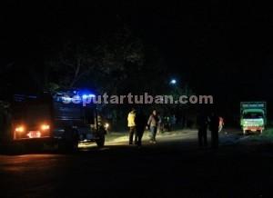 MEMBAHAYAKAN : Saat petugas melakukan pengamanan truk pengangkut gas yang bocor dilokasi kejadian