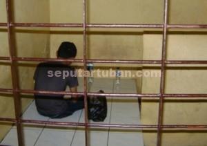 MENYESAL : Tersangka jambret mengaku ikut-ikutan temanya. Dia kini ditahan Polsek Kota, sedangkan temanya masih buron