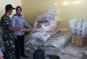 BODONG: Kapolsek Palang AKP Murni Komariyah bersama Danramil Palang Kapten Infanteri Sunarjo saat berada di kios pupuk bersubsidi di Desa Leran Kulon, Rabu (01/04/2015) siang.