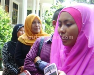 NUR KDI saat diwawancarai wartawan usai bertemu Bupati Tuban, Fathul Huda, Senin (06/04/2015)