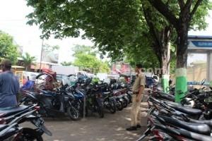 MENUMPUK: Inilah salah satu sudut parkir yang berada di halaman Pasar Baru Tuban, Selasa (14/04/2015) pagi.