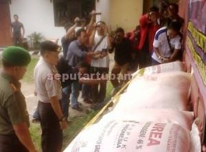 DIMAPERKAN WARTAWAN : Kapolres Tuban dan Dandim 0811 Tuban, Senin (06/04/2015) di Mapolres Tuban, saat press release penangkapan penyelewengan peredaran pupuk subsidi di Palang.