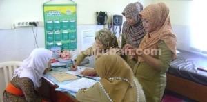 PENCEGAHAN DINI: Staf paramedis Puskesmas Tuban tengah menyiapkan ruang pemeriksaan wanita yang ditengarai terserang serviks, Rabu (22/04/2015) siang.