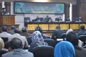 KEBUT PEMBAHASAN : Bupati Tuban, Fathul Huda saat menyampaikan nota penjelasan 10 Raperda yang diajukan ke DPRD TUban