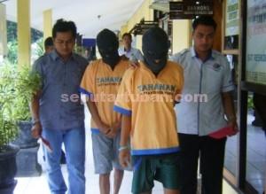 DITANGKAP BERBEDA : Kedua tersangka pengedar Narkoba saat di Sat Resnarkoba Polres Tuban, Selasa (07/04/2015)